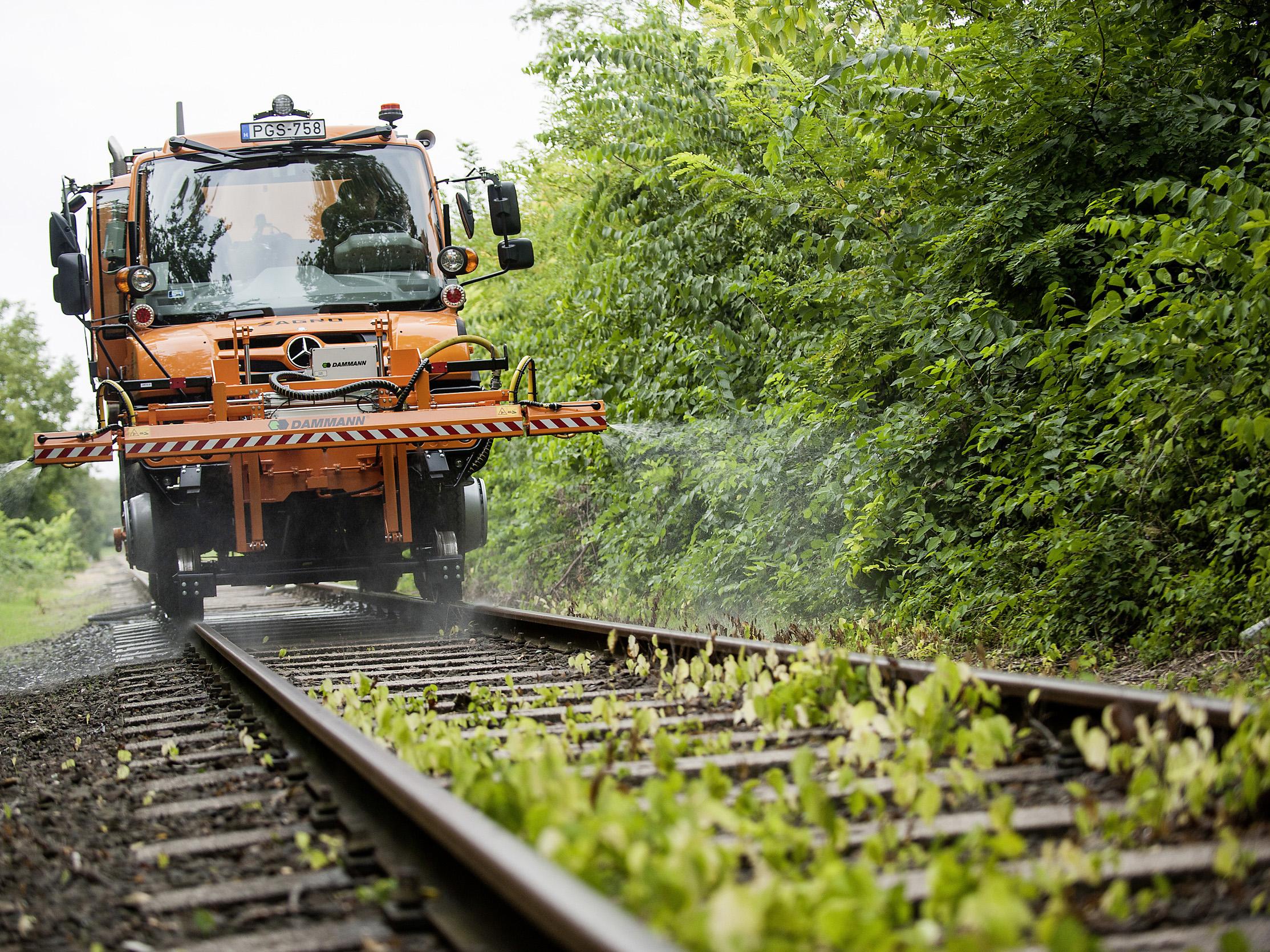 Ungarische Staatsbahn (MÁV) investiert in Schienennetz-Instandhaltung: Neun Mercedes-Benz Unimog U 423 für den Einsatz auf Straße und Schiene